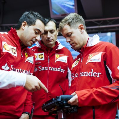 Vettel und sein Ferrari-Renningenieur Adami (Mi.). Copyright: Ferrari