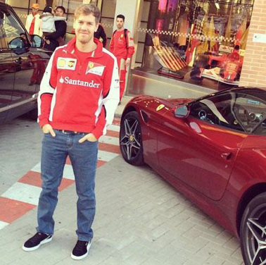 Vettel vorm Ferrari-Store in Maranello