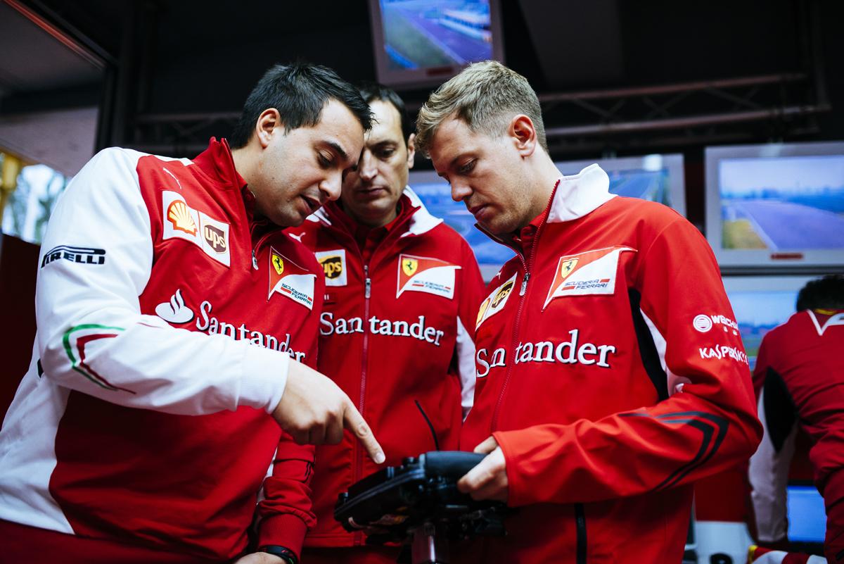 Vettel mit seinen Ingenieuren. Copyright: Ferrari