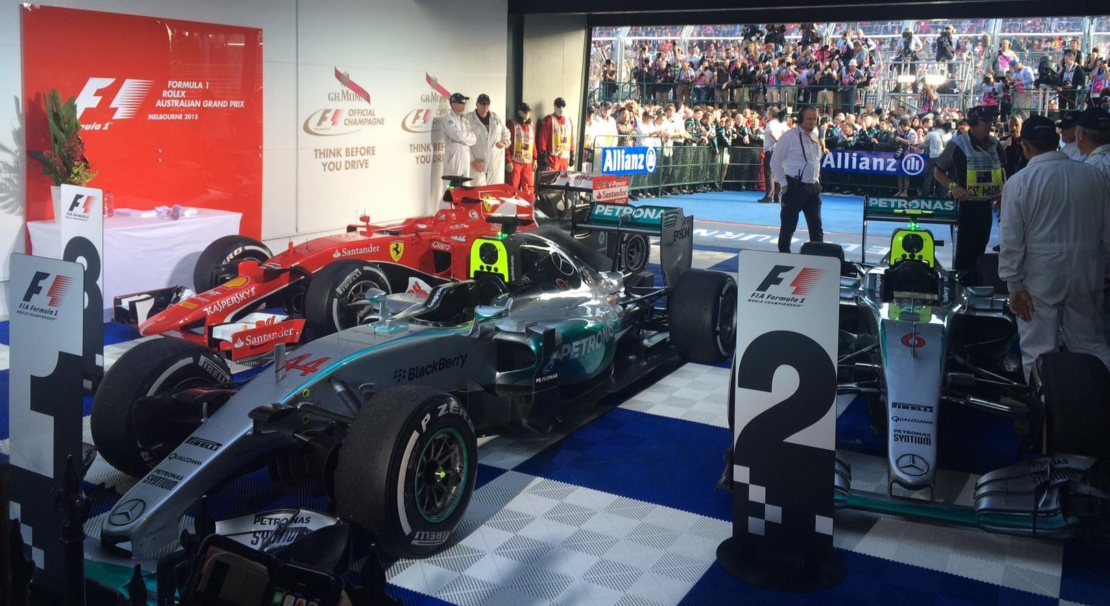Die Silberpfeile und Vettels Ferrari im Parc Fermée von Australien. Copyright: F1-