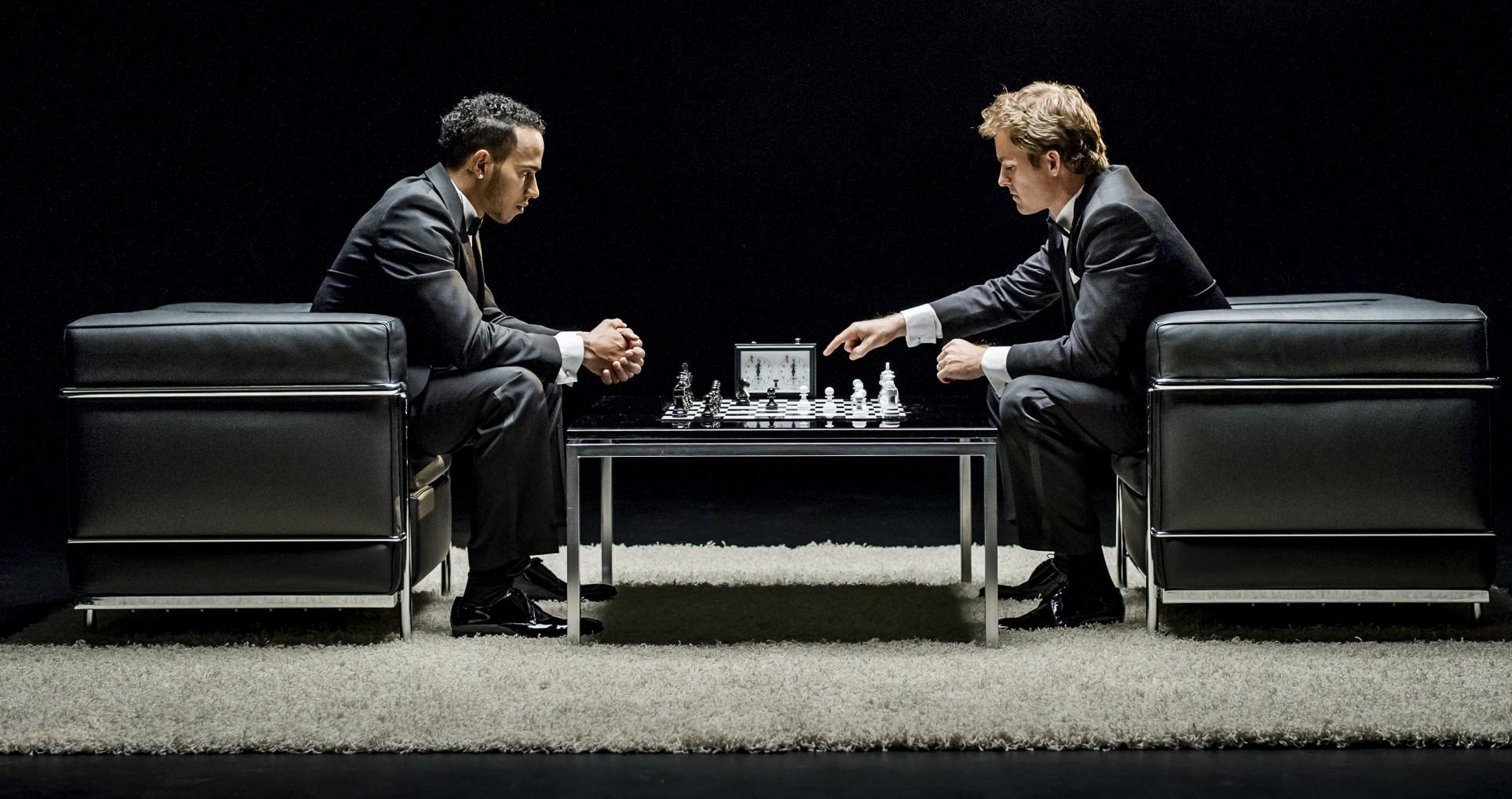Lewis Hamilton und Nico Rosberg beim Schach. Copyright: Mercedes