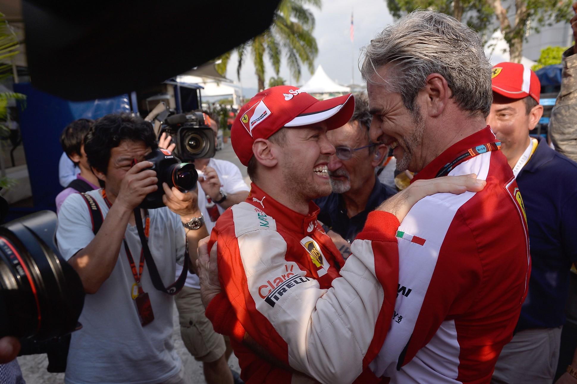 Vettel und sein Ferrari-Teamchef Arrivabene. Copyright: Ferrari