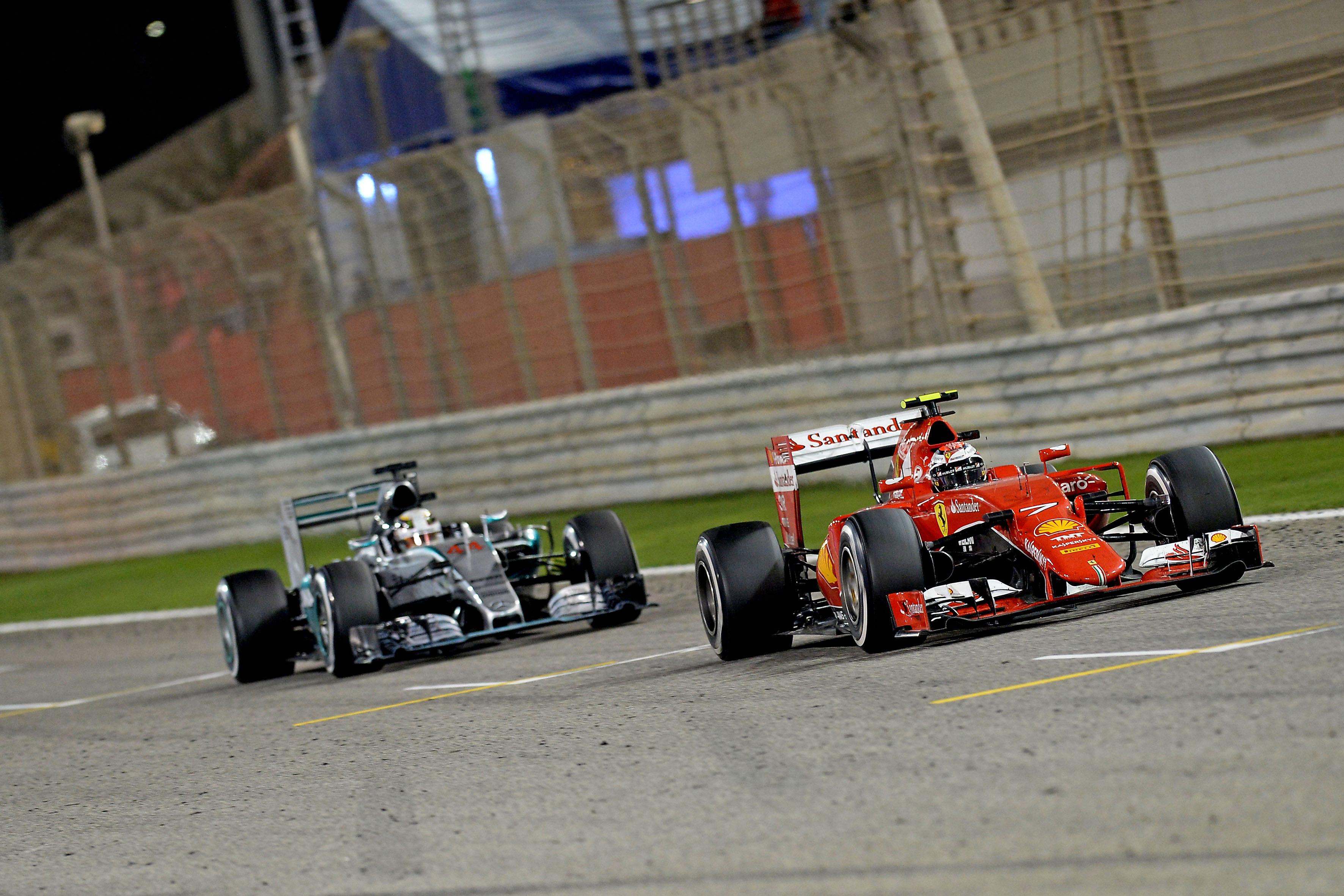 Ferrari und Mercedes in Bahrain. Copyright: Mercedes