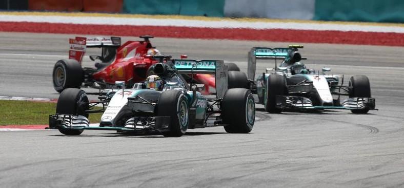 Vettel jagt Mercedes. Copyright: Mercedes
