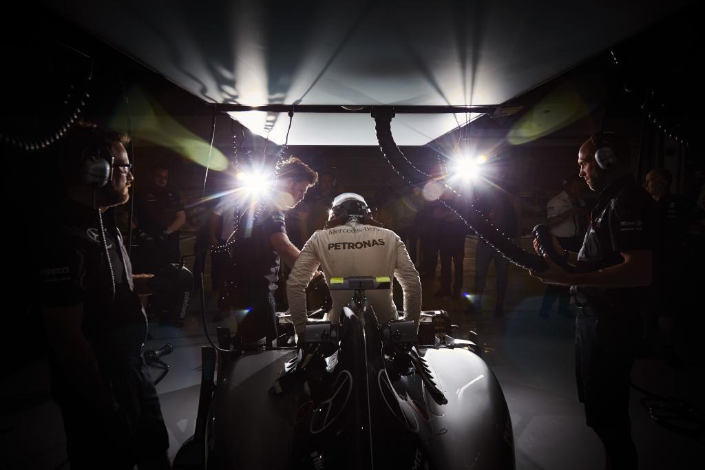 Nico Rosberg steigt aus seinem Mercedes. Copyright: Mercedes