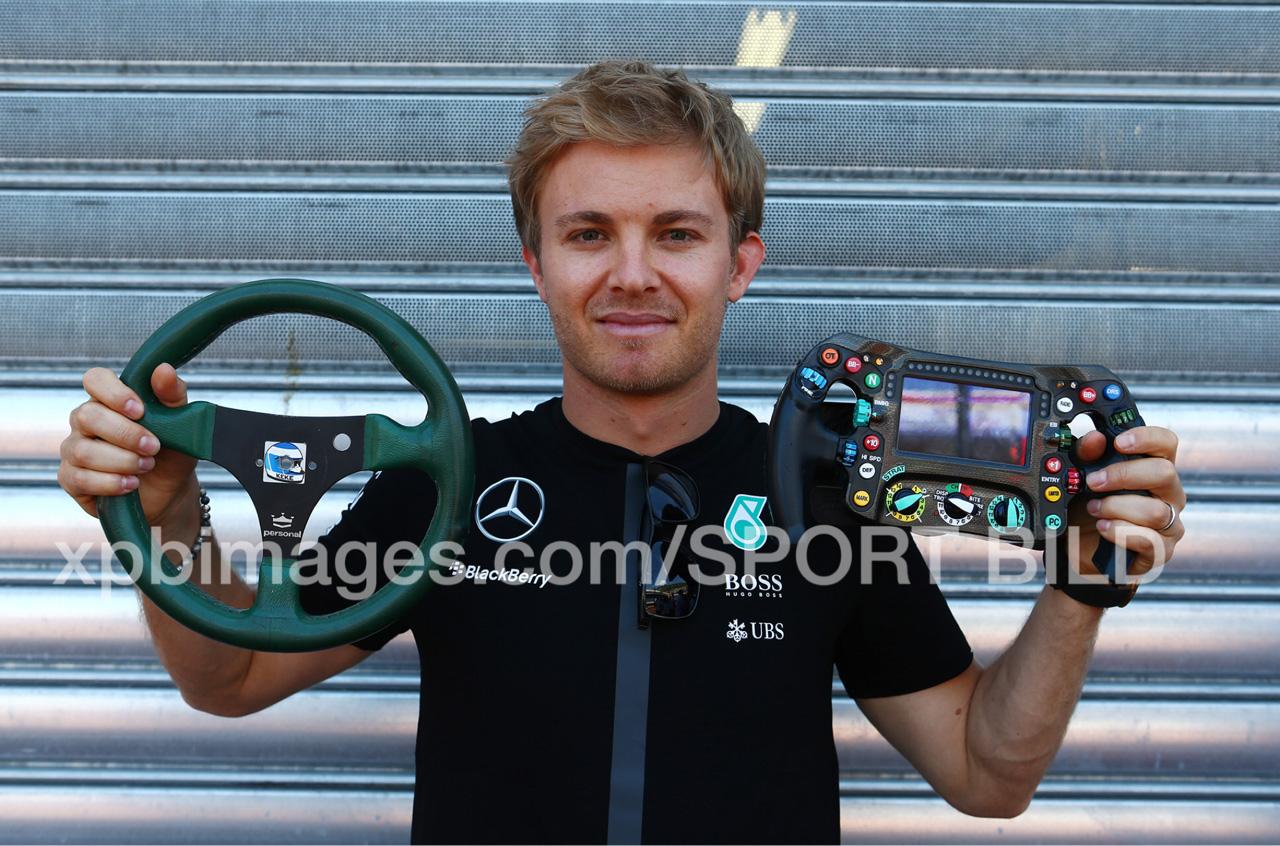 Nico Rosberg vergleicht sein Lenkrad mit dem seines Vaters aus 1983. Copyright: Thanks to Russell Batchelor from xpbimages.com