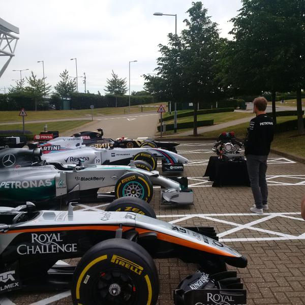 Nico Rosberg schaut sich die Mercedes-angetriebenen F1-Renner an