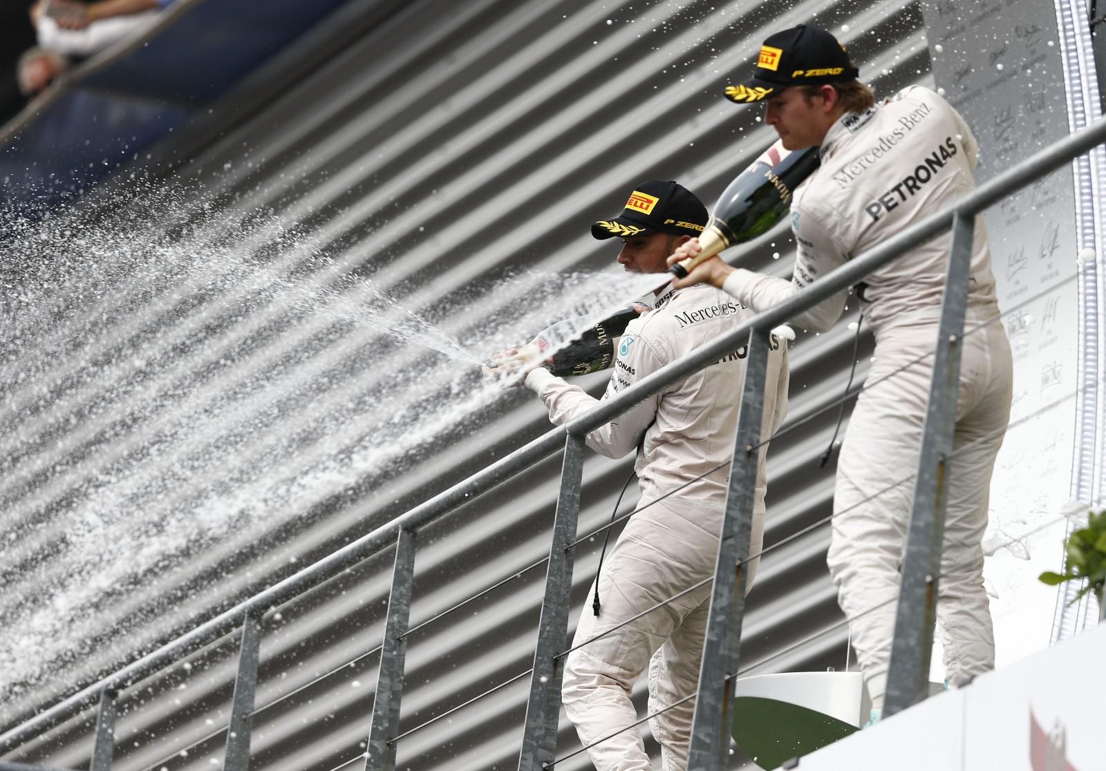 Hamilton und Rosberg auf dem Podium in Spa. Copyright: Mercedes
