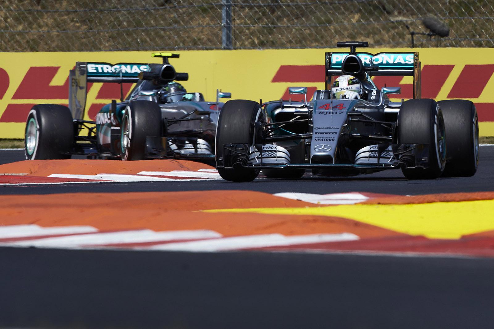 Hamilton vor Rosberg in Ungarn. Copyright: Mercedes