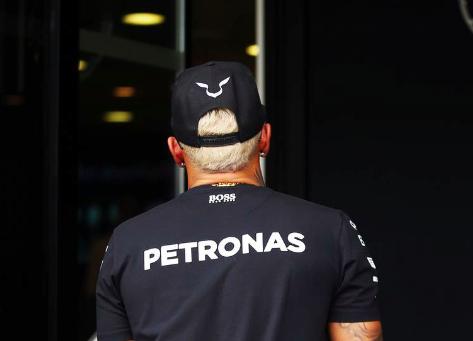 Hamilton mit blonden Haaren. Copyright: F1-insider