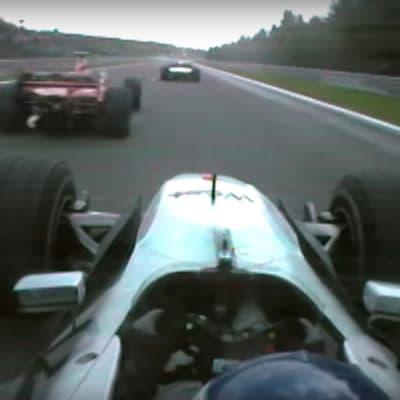 Mika Häkkinen überholt Michael Schumacher beim Überrunden von Ricardo Zonta. Credit: F1/Youtube
