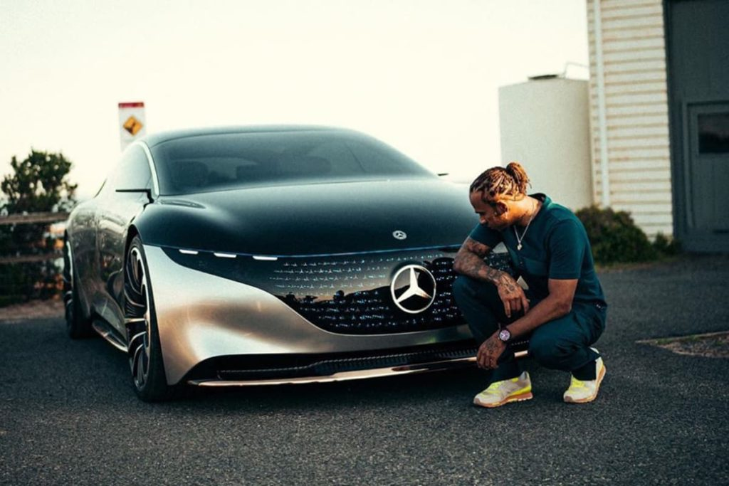 Hamilton mit dem Mercedes EQS. Quelle: Hamilton/Instagram