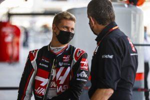 Mick Schumacher und Haas-Teamchef Günther Steiner. Credit: LAT / Haas