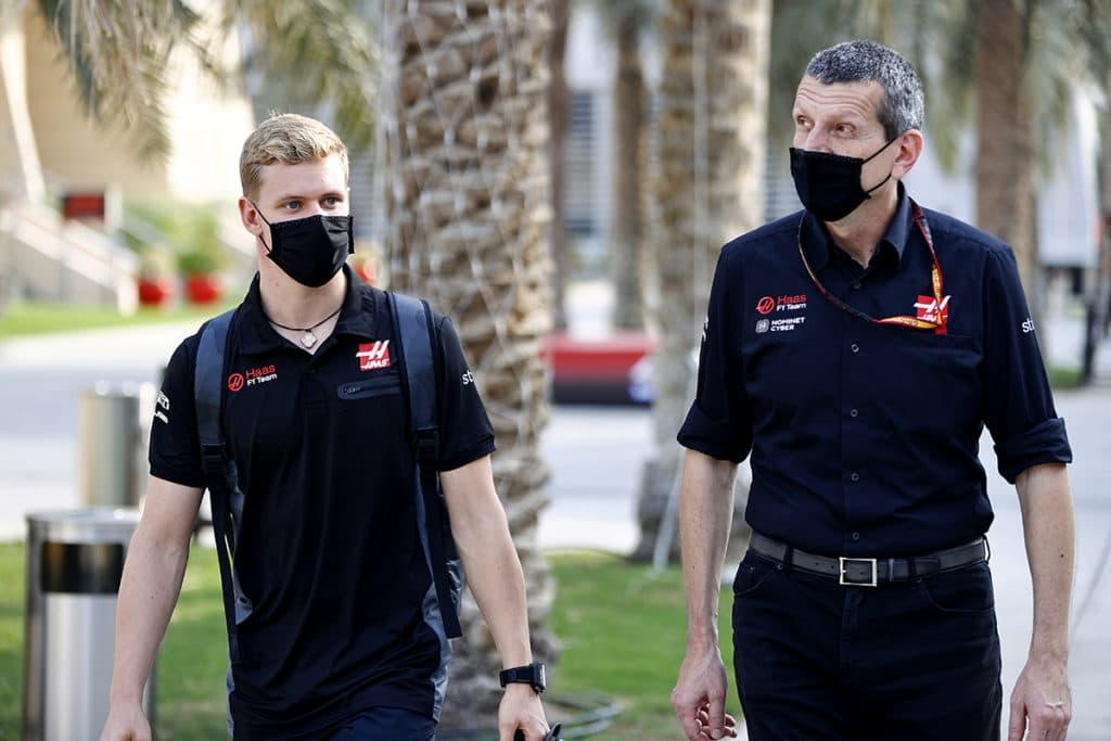 Mick Schumacher mit Günther Steiner. (Photo by Andy Hone / LAT Images)