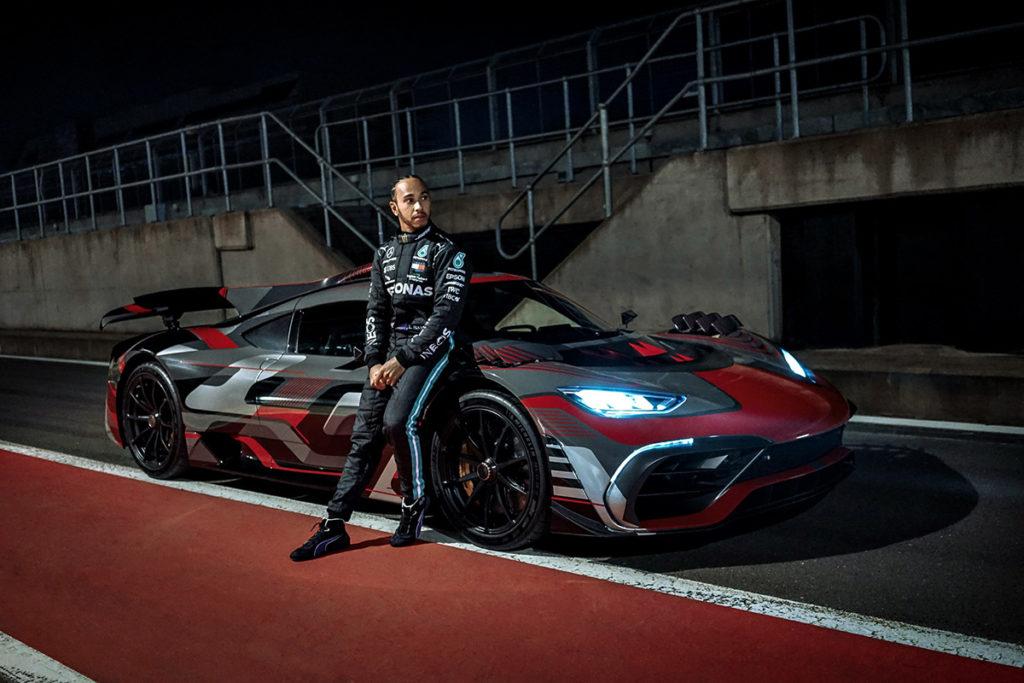 Lewis Hamilton steht neben dem Mercedes AMG Project One. Credit: Mercedes