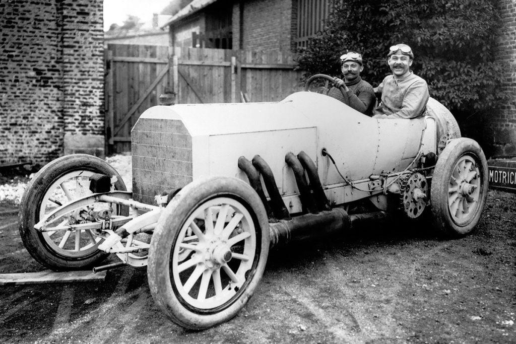 Christian Lautenschlager mit Beifahrer auf Mercedes 140 PS Grand-Prix-Rennwagen, Sieger beim Großen Preis von Frankreich auf dem Rundkurs bei Dieppe am 7. Juli 1908. Credit: Mercedes