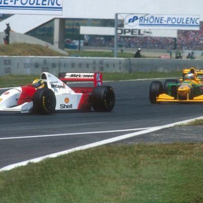 Michael Schumacher und Ayrton Senna im Duell 1993. Credit: @1990sF1