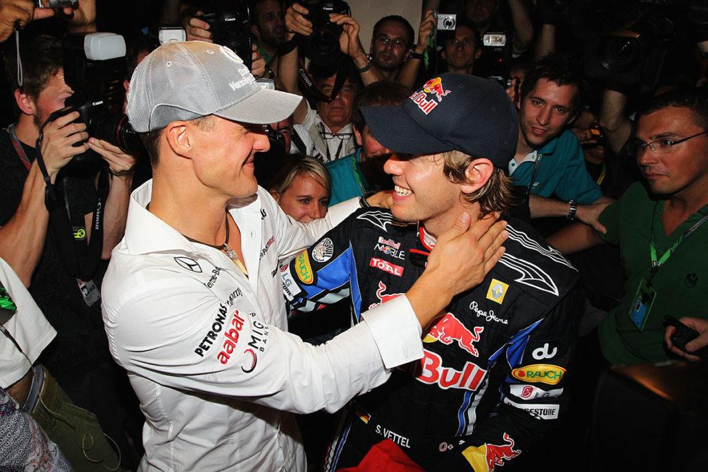 Michael Schumacher gratuliert Sebastian Vettel zu seinem ersten Formel-1-Titel 2010 in Abu Dhabi Credit: Red Bull Conent Pool