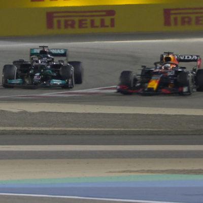 Formel 1 Hamilton Verstappen battle Bahrain 2021