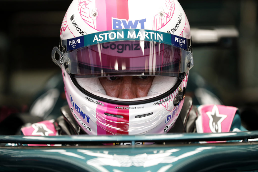 Formel 1 Sebastian Vettel Bahrain GP 2021 Helm Portrait- Vettel hat bereits 5 Strafpunkte