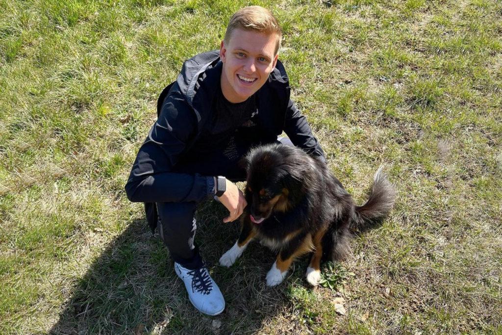 Mick Schumacher mit seinem Hund 2021