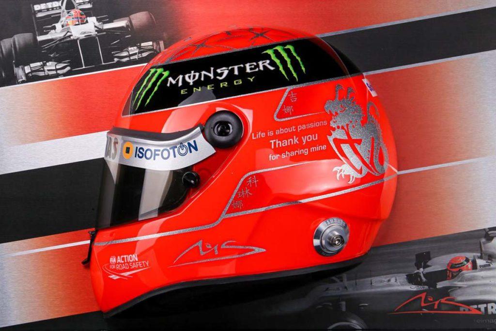 Michael Schumacher Wandbild Halber Helm 2012 finale Edition. Credit: Max Verstappen Cap 2021. Credit: paddock-legends.com