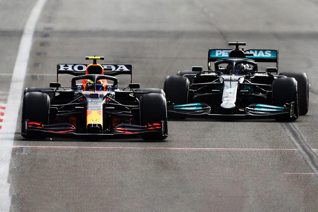 Formel 1 Sergio Perez vor Lewis Hamilton Aserbaidschan GP 2021 Race