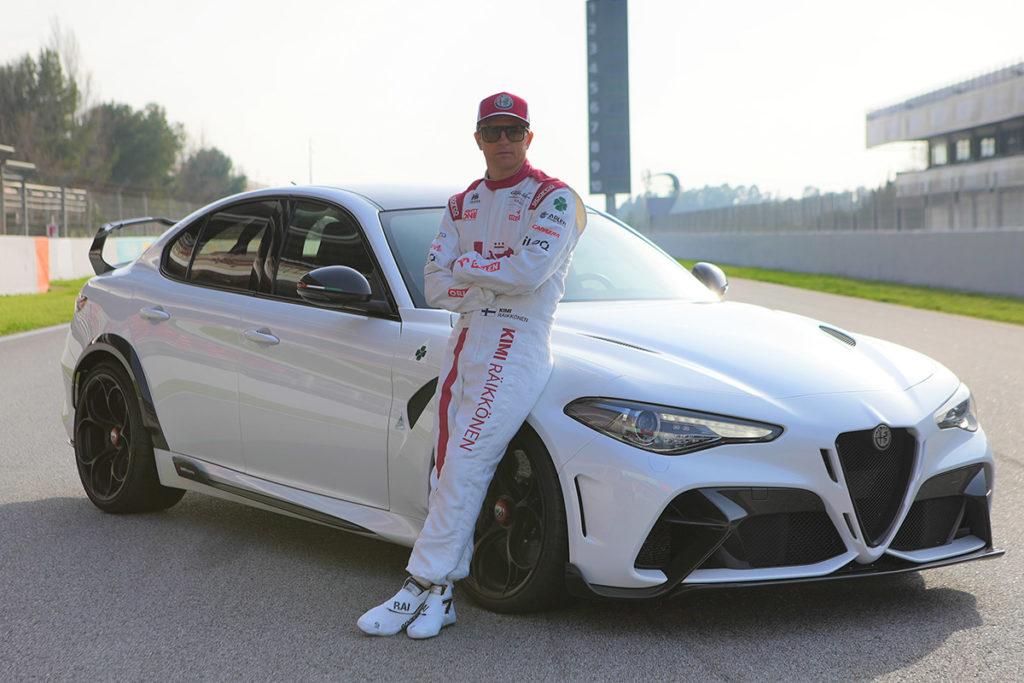 Kimi Räikkönen vor dem Alfa Romeo Giulia GTA 2021. Credit: Alfa Romeo